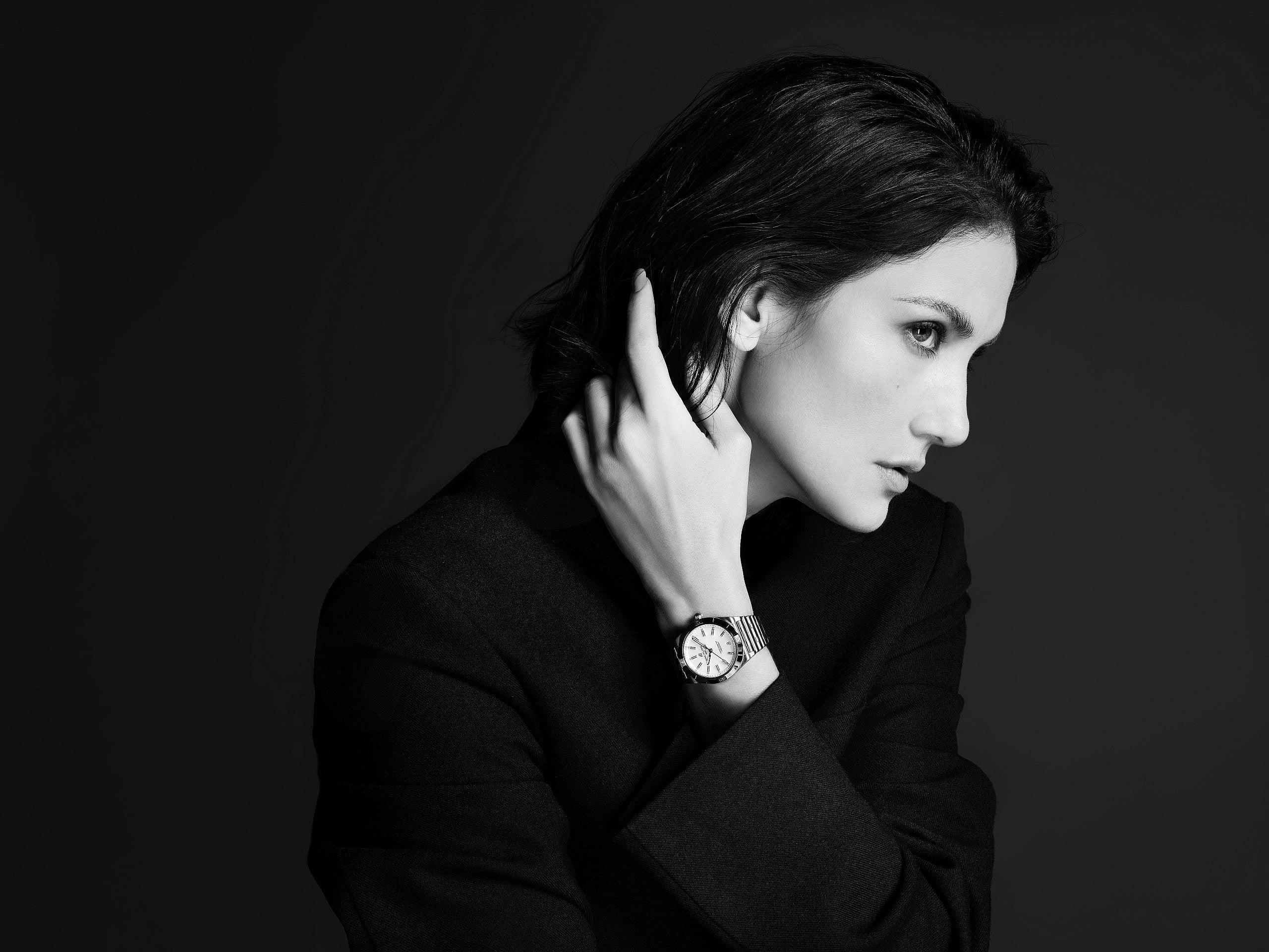 ซินดี้-สิรินยา บิชอฟ ได้รับการแต่งตั้งให้เป็น Friend of Breitling คนใหม่ ภายหลังการเปิดตัวนาฬิกาไบรทลิ่งสำหรับสุภาพสตรี Chronomat women's 32 และ 36 โดยรับหน้าที่เป็นตัวแทนของผู้หญิงที่มีเป้าหมายชัดเจน ลงมือปฏิบัติจริง และเปี่ยมด้วยสไตล์